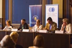 Puheenjohtaja Liisa Jaakonsaari ja tilaisuuden puhujat. Kuva: Puolustusvoimat/Ville Bröijer