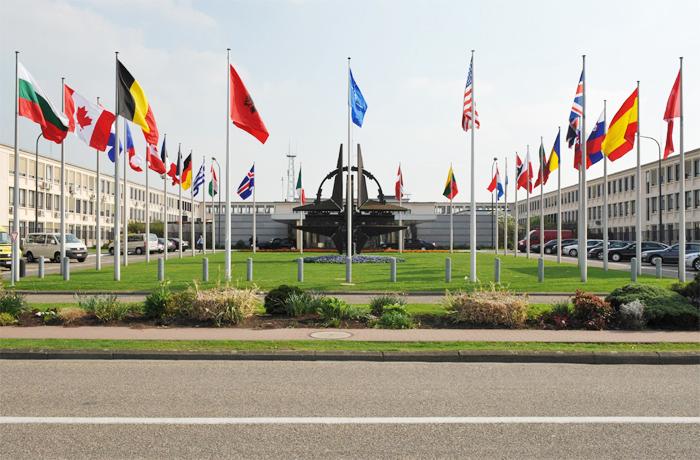 Jäsenmaiden lippuja Naton päämajassa Brysselissä
